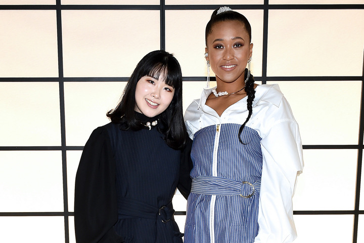 「ADEAM」の前田華子氏とNYファッションウィークにてコラボコレクションを発表した大坂なおみ。(C)Getty Images