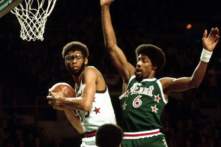 77年にはライバルリーグ、ABAのスター選手たちも参戦。ジャバー(左)の上からダンクを叩き込むなど30得点をマークしたジュリアス・アービング(右)がMVPに。(C)Getty Images