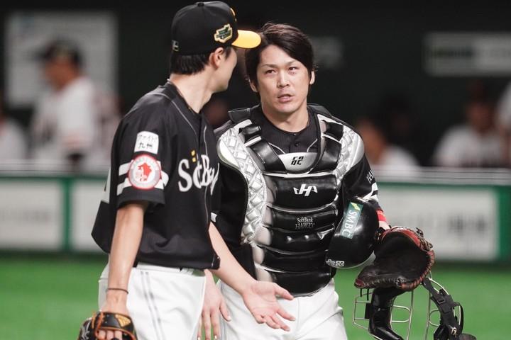 ソフトバンクの日本シリーズ3連覇を捕手として支えた甲斐。常勝軍団ホークスにとって、なくてはならない存在だ。 写真:山崎賢人(THE DIGEST写真部)