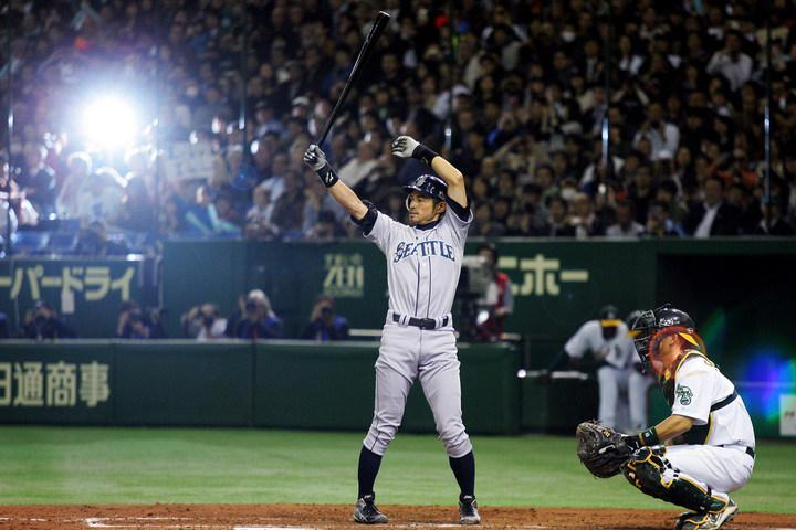マリナーズのユニフォームを着て、初めて日本で公式戦を戦ったイチロー。いきなり4安打を放つ千両役者ぶりで、東京ドームに詰めかけたファンを熱狂させた。(C)Getty Images
