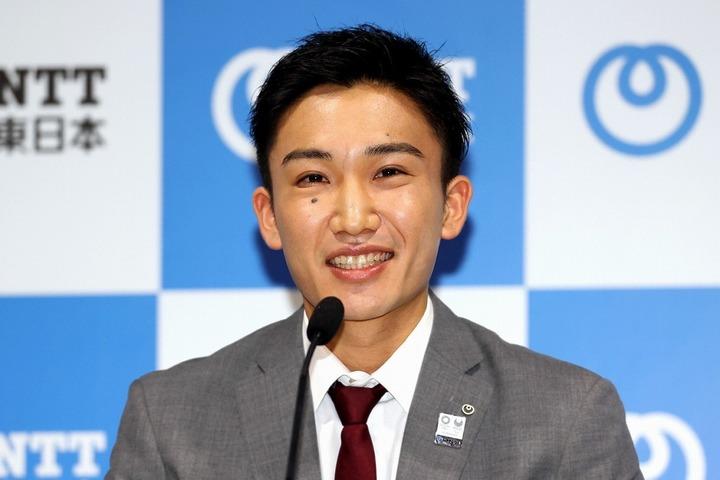 丁寧に言葉を選びながら、そしてときには笑顔を見せながら──。桃田は力強く復帰を宣言した。写真:朝日新聞社