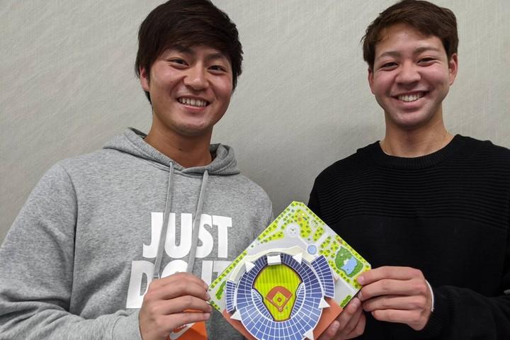 砂田(左)も平良(右)もペーパークラフトを体験。