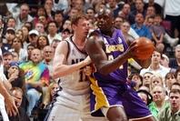 それまで多くのスター選手と対峙してきたシャックにとって、2002年のファイナルでマッチアップしたマッカラー(左)は張り合いがなかったようだ。(C)Getty Images