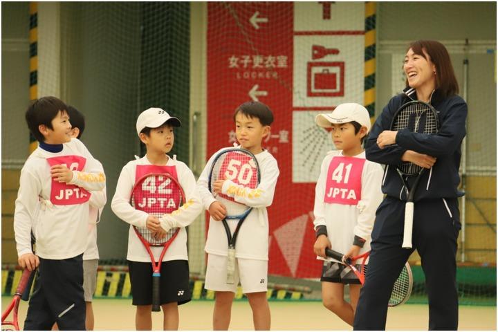 やや緊張気味のジュニアたちを前にして笑顔でレッスンをする杉山愛さん。写真:JPTA