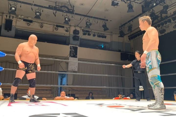 長い長い睨み合いの時間が続き、視殺戦だけで30分が経過するという異例の展開となった潮崎VS藤田の対戦。