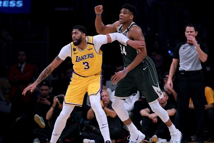 現役選手による『NBA 2K20』トーナメントが開催予定。歴代カバーアスリートのデイビス(左)、アデトクンボ(右)らが参加すれば盛り上がること間違いなしだ。(C)Getty Images