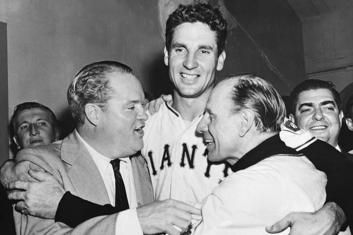 """""""世界に轟いた一撃""""を放ったトムソンは、クラブハウスでオーナーのストーンハム(左)、ドローチャー監督(右)と喜びを分かち合った。(C)Getty Images"""