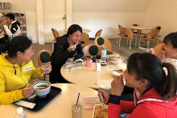 テニスラボで食事中の選手たち。左から、華谷和生、加藤未唯、岡村恭香、日比野菜緒。写真:内田暁