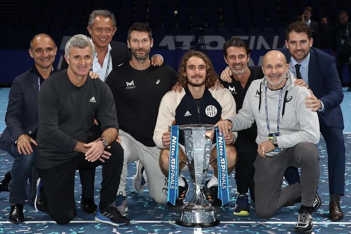 2019年ATPファイナルズで優勝したチチパス。左から2番目が父親のアポストロス。(C)GettyImages