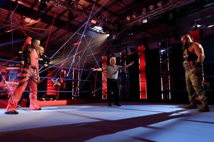 中邑(左)に対してパワーを見せつけたストローマン(右)<br /> (C)2020 WWE, Inc. All Rights Reserved.
