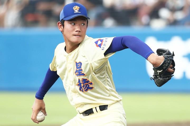 奥川は昨年夏の甲子園3回戦で、延長14回を1人で投げ切り、73年の江川卓に並ぶ1試合23奪三振をマークした。写真:朝日新聞社
