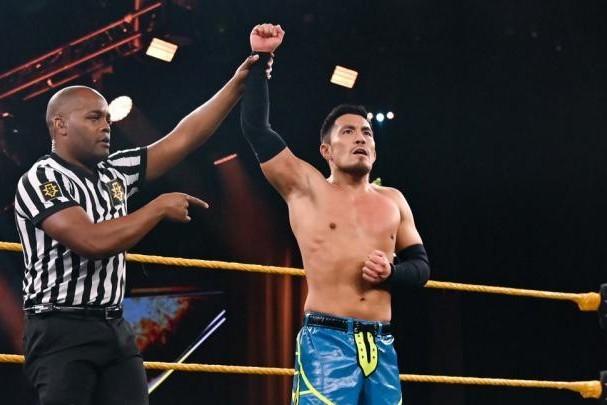 クルーザー級の王者をかけた戦いが始まり、戸澤はスコットを倒す。(C)2020 WWE, Inc. All Rights Reserved.