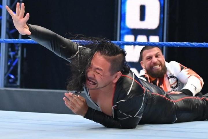 セザーロへの介入を中邑は試みるも、グラックに阻止される。(C)2020 WWE, Inc. All Rights Reserved.