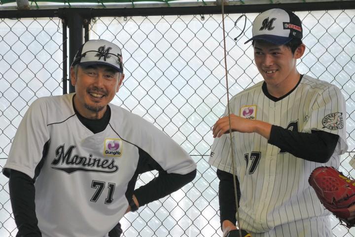 昨年は就任1年目から種市らをブレイクさせるなど手腕を発揮した吉井コーチ(左)。今後は佐々木朗(右)の育成にも期待がかかる。写真:朝日新聞社
