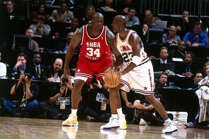 シャック(右)は3連覇時のレイカーズは90年代のブルズに勝てると大胆発言。その理由はブルズのセンターは誰も自分を止められないからだという。(C)Getty Images