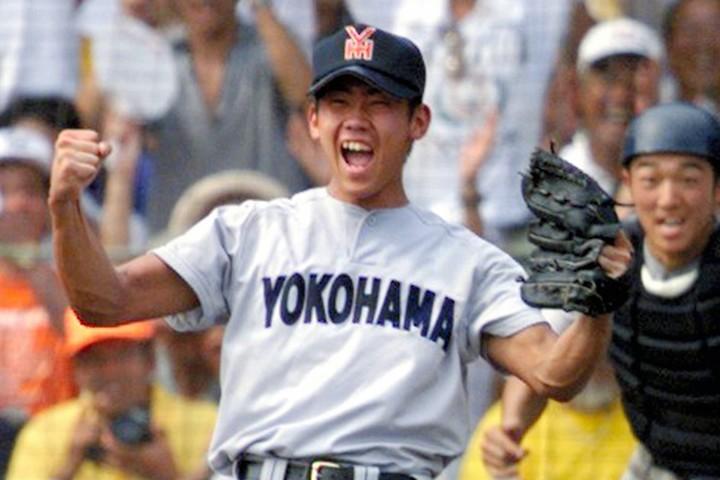 横浜高といえばやはり松坂。98年に甲子園春夏連覇を果たしたチームからは、4人もプロ野球選手が生まれている。写真:朝日新聞社