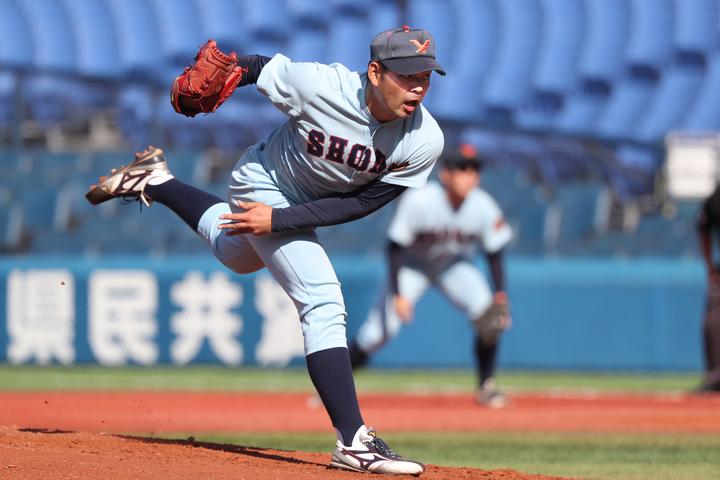藤村について、楽天の鷹野スカウトは「欲を言えばもう少しスピードが出ればおもしろい」と見ている。写真:大友良行