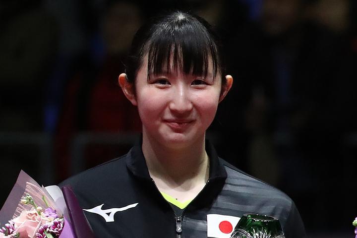女子卓球の早田が、キュートなメガネ姿で料理に励むショットを公開した。(C)Getty Images