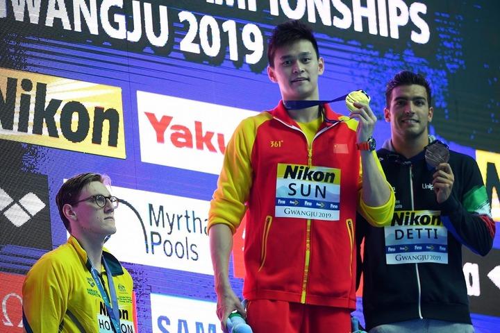 昨年の世界水泳で、孫楊(中央)と同じ表彰台に上がることを拒否したホートン(左)。私生活では酷い嫌がらせに苦しめられていた。(C)Getty Images
