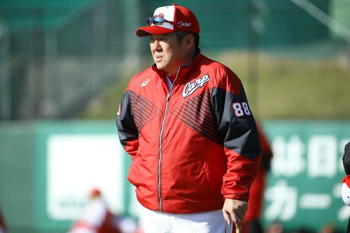 今季から就任した佐々岡監督。細心の注意を払いながら投手・野手を4つのグループに分けて練習を続けている。写真:滝川敏之
