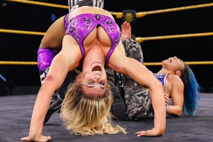 ミアに圧倒的強さを見せたシャーロット。戦いを終えると紫雷イオが登場した。(C)2020 WWE,Inc. All Rights Reserved.