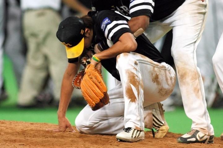06年CS第2ステージで、サヨナラ負けを喫してマウンドに崩れ落ちる斉藤。2000年代のプロ野球を代表する名場面の一つと言っていい。写真:朝日新聞社