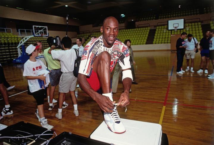 ジョーダンの代名詞であり、世界的にスニーカーブームを巻き起こした『エア・ジョーダン』。試合ではいつも新品をおろし、履き方にもこだわりがあったという。(C)Getty Images