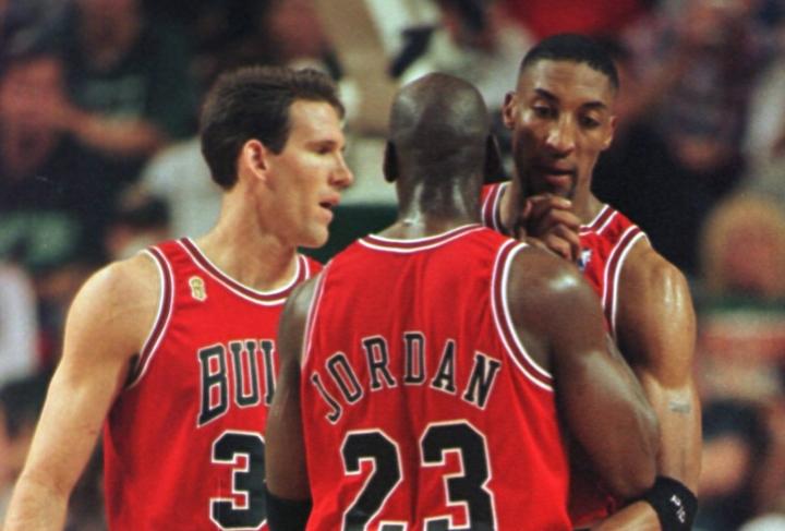 ブシュラー(左)は94年にブルズに加入。ジョーダン、ピッペンとともに3度の優勝を経験した。(C)Getty Images