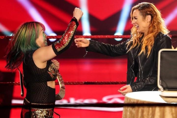 妊娠発表で王座を返上したベッキー・リンチ(右)を笑顔のハグで祝福したアスカ(左)。ロウ王者となりグランドスラムを達成。(C)2020 WWE,Inc. All Rights Reserved.