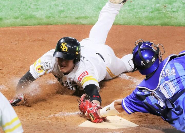 """17年の日本シリーズで見せた""""神走塁""""も、今宮の守備に対するこだわりから生まれたものだ。写真:朝日新聞社"""