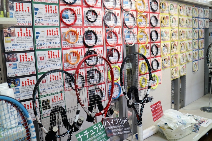 「どのガットを張るか?」は、ラケット全体の個性に大きく影響する。無料のサービスガットといっても、何でもいいわけではない。写真:松尾高司