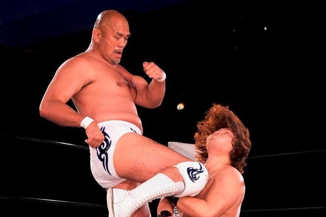 「シングルでコーチをしてくれ!」念願かない秋山(左)とシングルマッチを戦った渡瀬(右)。