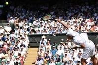 ボールとラケットの高さの違いを見てもわかるように、サービスは打ち上げて打つのが正解。写真:茂木あきら(THE DIGEST写真部)