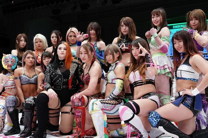 木村さん(後列左から4人目)所属の『スターダム』がコメントを発表。今後は所属選手の心のケアに務めるとともに、木村さんの追悼興行を含めた企画を検討中とのこと。写真:山崎賢人(THE DIGEST写真部)