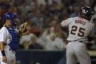 """満塁の場面で勝負を避けられたボンズ。日本でも""""近い""""事例はあったが…。(C)Getty Images(写真は2001年)"""