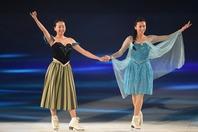 浅田真央さん(左)と舞さん(右)。日本フィギュア界が誇る美人姉妹が浴衣姿を披露した。(C)Getty Images