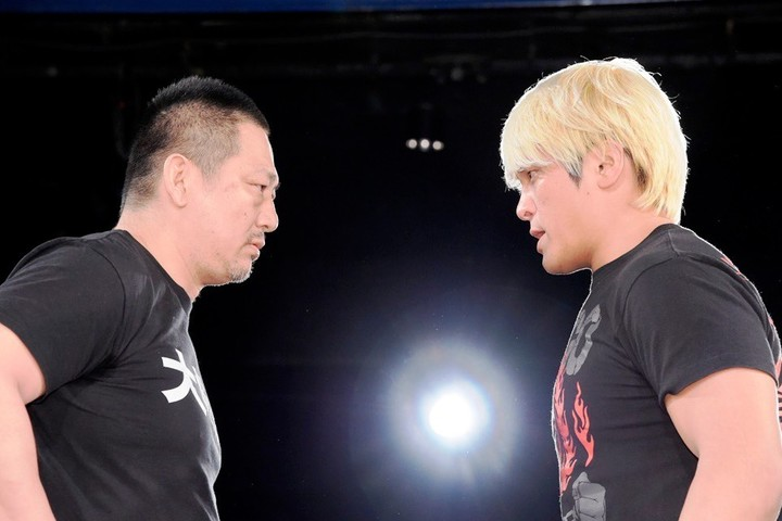 DDTに乗り込み、高木社長(左)を痛烈批判した拳王(右)。