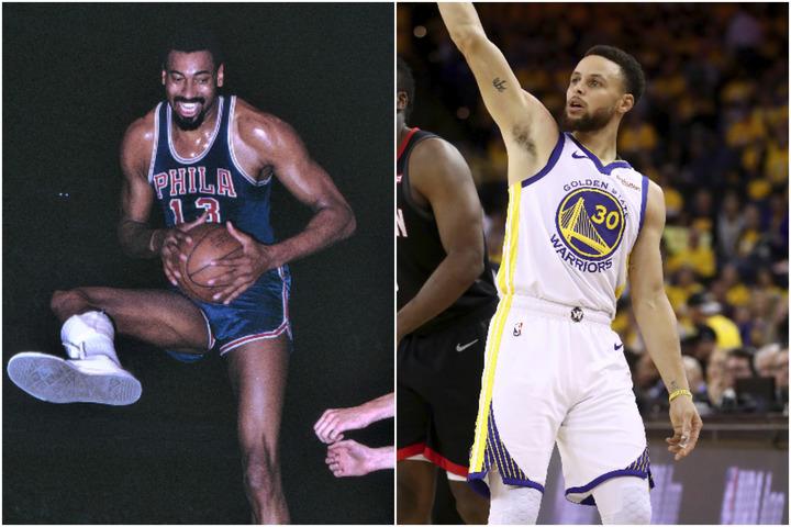 チェンバレン(左)とカリー(右)。この2人はウォリアーズの歴代トップ5であるだけでなく、NBAに革命を起こした存在だ。(C)Getty Images