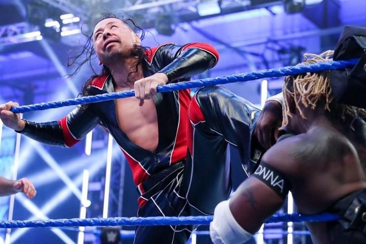 中邑はセザーロとのタッグで、スマックダウンタッグ王者から勝利を挙げた。(C)2020 WWE,Inc. All Rights Reserved.