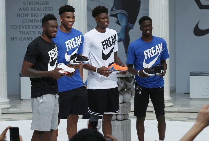 スペインでのプロ入りが決まった五男のアレックス(右)は、ヤニス(左から2番目)のように、将来NBAでスターダムに駆け上がれるか。(C)REUTERS/AFLO