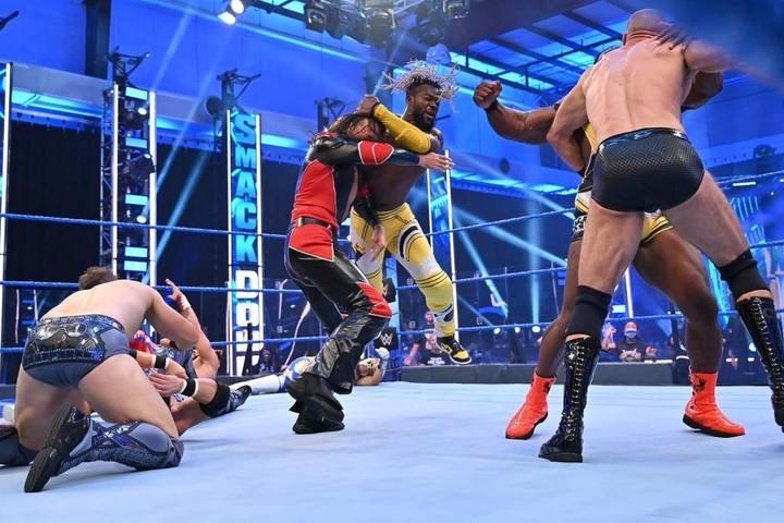 8人タッグに参戦した中邑は、場外乱闘をしている隙に3カウントを奪われ敗退となった。(C)2020 WWE,Inc. All Rights Reserved.