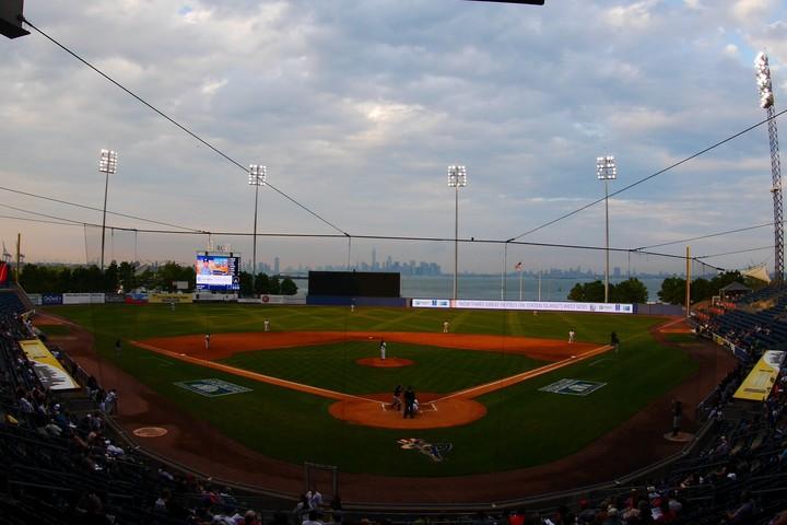 ニューヨーク湾の向こうに見えるマンハッタンの景観が美しいスタテンアイランド・ヤンキースの球場。このチームも削減候補に挙げられている。