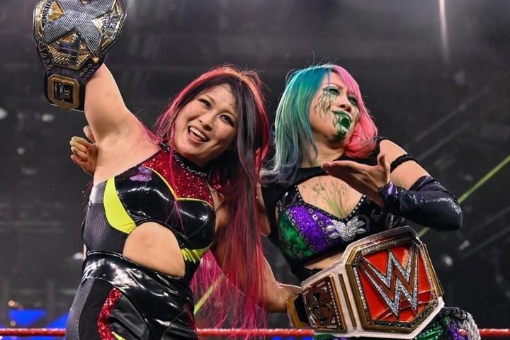 紫雷イオ(左)をアスカ(右)が援護射撃。2人はWWEのリングで今後どういう展開を見せていくのだろうか?(C)2020 WWE,Inc. All Rights Reserved.