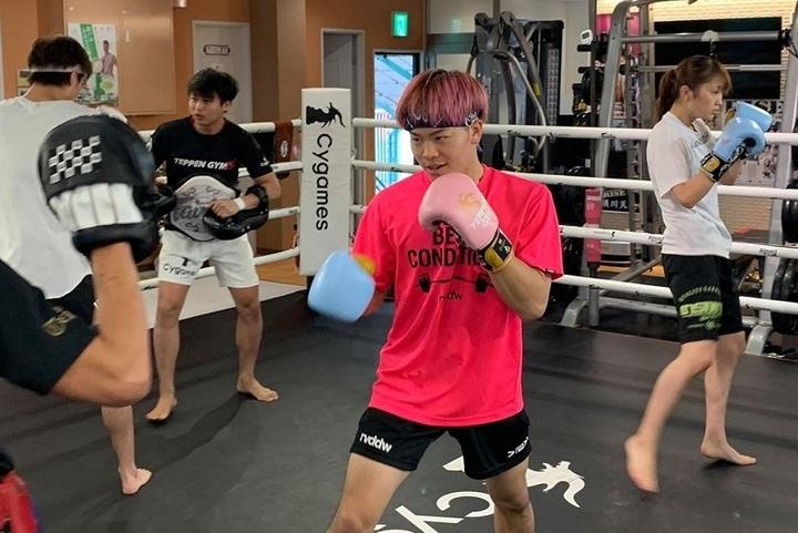 那須川(中央)が12日の試合へ向け、TEPPRN GYM所属の選手たちとともに、公開練習とオンライン会見を行なった。