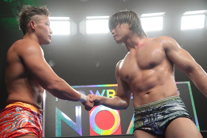 清宮(右)と稲葉(左)は、シングルマッチを戦った後、共闘を誓った。