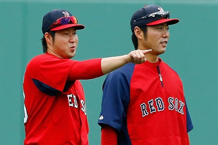 田澤(左)の独立リーグ加入に際し、上原さん(右)がSNSに私見を綴った。(C)Getty Images