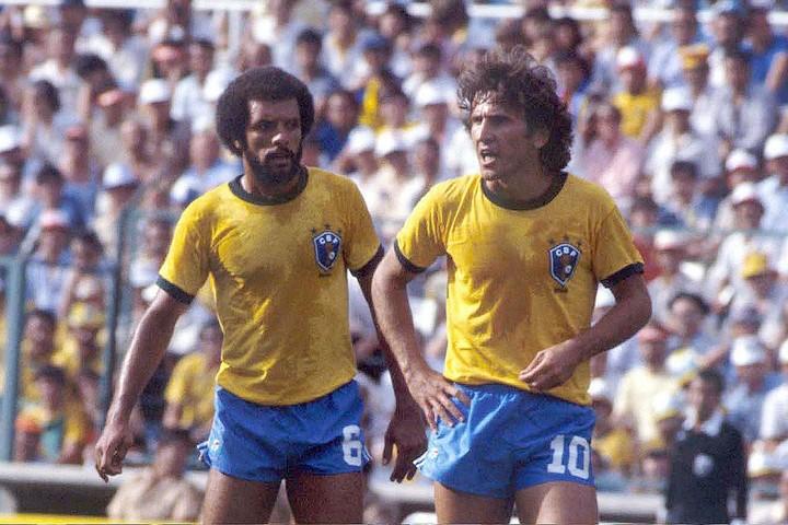 1982年のセレソンは「黄金の中盤」と称されたジーコ(右)らの他にも、FKのスペシャリストとして知られるジュニオール(左)といったタレントたちが揃っていた。(C)Getty Images