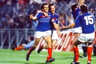 EURO1984ではプラティニ(中央)が大車輪の活躍を見せ、フランスを悲願のビッグトーナメント初優勝に導いた。(C)Getty Images