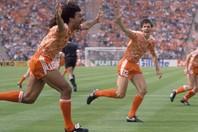 ソ連戦でファン・バステン(右)が決めたボレーは、「フットボール史上最高のゴール」のひとつと言われている。(C)Getty Images