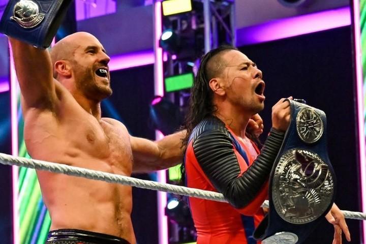 ニュー・デイをテーブル葬にし、タッグ王座に輝いたセザーロ(左)と中邑(右)。(C)2020 WWE,Inc. All Rights Reserved.